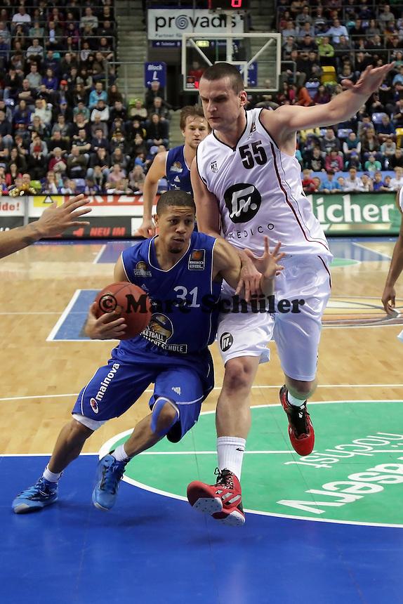 Devin Gibson (Skyliners) setzt sich durch gegen Petar Popovic (Artland)
