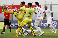BUCARAMANGA-COLOMBIA-10-04-2016. Diego A. Echeverry (Izq)  y Diego Amaya (C)jugador del Atlético Bucaramanga disputa el balón con Franklin Lucena (Der) jugador de Once Caldas durante partido por la fecha 12 de la Liga Águila I 2016 jugado en el estadio Alfonso López de la ciudad de Bucaramanga./ Jair E. Palacios (L) and Diego Amaya players of Atletico Bucaramanga struggles the ball with Franklin Lucena (R) player of Once Caldas during match for the date 12 of the Aguila League I 2016 played at Alfonso Lopez stadium in Bucaramanga city. Photo: VizzorImage / Duncan Bustamante / Cont