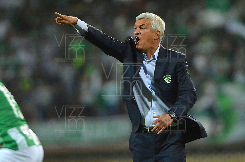 MEDELLIN - COLOMBIA, 17-02-2019: Humberto Sierra técnico de Equidad gesticula durante partido por la fecha 5 de la Liga Águila I 2019 entre Atlético Nacional y La Equidad jugado en el estadio Atanasio Girardot de la ciudad de Medellín. / Humberto Sierra coach of Equidad gestures during match for the date 5 of the Liga Aguila I 2019 between Atletico Nacional and La Equidad played at the Atanasio Girardot Stadium in Medellin city. Photo: VizzorImage / Leon Monsalve / Cont