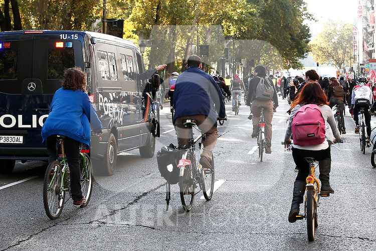 European General Strike.Protesters and trade unionists through the streets of Madrid in bicycle during the strike in Spain.November 14,2012. (ALTERPHOTOS/Carlos Rojo)