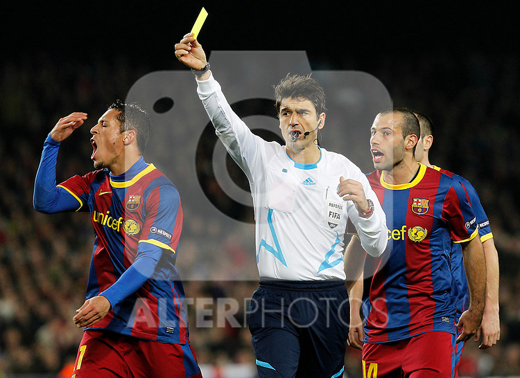 FC Barcelona's Adriano Correia (l) and Javier Mascherano (r) have words with the referee Massimo Busacca during UEFA Champions League match.March 8,2011. (ALTERPHOTOS/Acero)