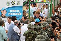 RIO DE JANEIRO, RJ, 10 DE MARCO 2012 - PRINCIPE HARRY VISITA COMUNIDADE NO RIO DE JANEIRO  -  O príncipe Harry, do Reino Unido, durante visita ao Complexo do Alemão, na Zona Norte do Rio, neste sabado, 10. (FOTO: GUTO MAIA / BRAZIL PHOTO PRESS).