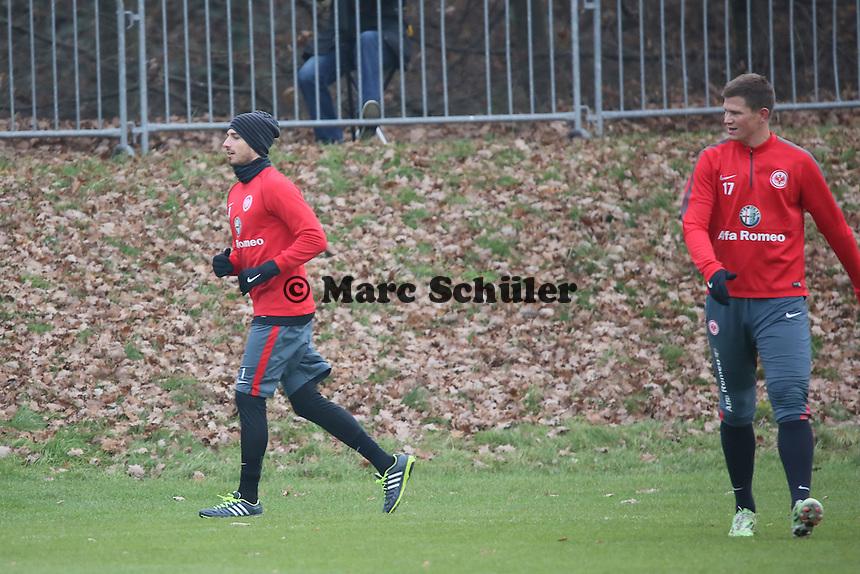Alexander Madlung guckt Kevin Trapp (Eintracht) zu - Eintracht Frankfurt Training, Commerzbank Arena
