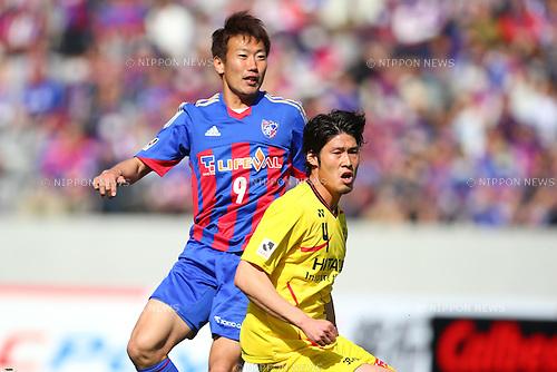(L-R) Kazuma Watanabe (FC Tokyo), Daisuke Suzuki (Reysol), MARCH 9, 2013 - Football / Soccer : 2013 J.LEAGUE Division 1 match between FC Tokyo 3-0 Kashiwa Reysol at Ajinomoto Stadium, Tokyo, Japan. (Photo by AFLO SPORT) [1156].