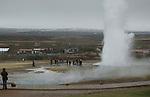 Foto: VidiPhoto..REYKJAVIK - Eén van de highlights van Reykjavik: de Great Geysir area, met de zeer actieve geyser Strokkur, die warm water tot 30 meter de hoogte in spuit.
