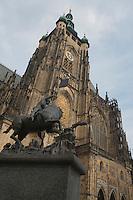 Europe/République Tchèque/Prague:Cathédrale Saint-Guy et Statue de Saint Georges