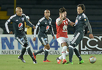 BOGOTÁ -COLOMBIA, 07-02-2016. Jonathan Gomez (Centro Der.) jugador de Santa Fe disputa el balón con Rafael Robayo (Der.) jugador de Millonarios durante partido entre Independiente Santa Fe y Millonarios por la fecha 3 de la Liga Aguila I 2016  jugado en el estadio Nemesio Camacho El Campin de la ciudad de Bogota. / Jonathan Gomez (Center R) player of Santa Fe struggles for the ball with Rafael Robayo (R) player of Millonarios during a match between Independiente Santa Fe and Cucuta Deportivo for the date 3 of the Liga Aguila I 2016 played at the Nemesio Camacho El Campin Stadium in Bogota city. Photo: VizzorImage/ Gabriel Aponte / Staff