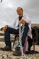 CURITIBA, PR, 25.05.2015 - PROFESSORES-PR - Professor, Pierre Pinto, 39 anos, de Roraima faz greve de fome e se acorrenta a uma placa em frente a Assembleia Legislativa do Paraná no Centro Cívico em Curitiba nesta segunda-feira, 25. Em apoio aos servidores do Paraná, ficará até que o governo reajuste o valor do salários dos professores em 8,17%. (Foto: Paulo Lisboa/Brazil Photo Press)