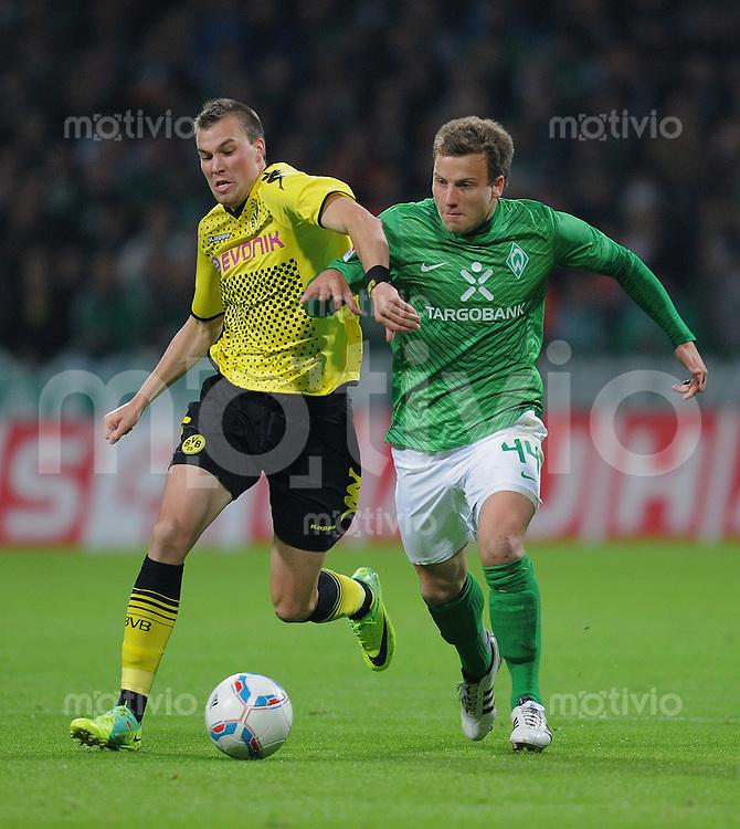 FUSSBALL   1. BUNDESLIGA   SAISON 2011/2012    9. SPIELTAG  14.10.2011 SV Werder Bremen - Borussia Dortmund                  Kevin Grosskreutz (li, Borussia Dortmund) gegen Lukas Schmitz (SV Werder Bremen)