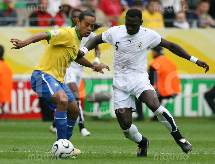 Fussball WM 2006        Brasilien - Ghana RONALDINHO (links, BRA) im Zweikampf mit John MENSA (rechts, GHA).