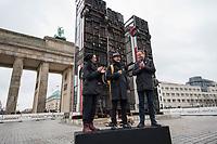 """Die temporaeren Skulptur """"Monument"""" von Manaf Halbouni auf dem Platz des 18. Maerz vor dem Brandenburger Tor.<br /> Im Rahmen des 3. Berliner Herbstsalons<br /> Mit Manaf Halbouni (Kuenstler), Kultursenator Dr. Klaus Lederer (Schirmherr der Skulptur Monument) und Shermin Langhoff (Intendantin Maxim Gorki Theater) wurde am Freitag den 10 November 2017 die Skultur vor dem Brandenburger Tor der Oeffentlichkeit vorgestellt.<br /> Vlnr.: Shermin Langhoff, Manaf Halbouni, Klaus Lederer.<br /> 10.11.2017, Berlin<br /> Copyright: Christian-Ditsch.de<br /> [Inhaltsveraendernde Manipulation des Fotos nur nach ausdruecklicher Genehmigung des Fotografen. Vereinbarungen ueber Abtretung von Persoenlichkeitsrechten/Model Release der abgebildeten Person/Personen liegen nicht vor. NO MODEL RELEASE! Nur fuer Redaktionelle Zwecke. Don't publish without copyright Christian-Ditsch.de, Veroeffentlichung nur mit Fotografennennung, sowie gegen Honorar, MwSt. und Beleg. Konto: I N G - D i B a, IBAN DE58500105175400192269, BIC INGDDEFFXXX, Kontakt: post@christian-ditsch.de<br /> Bei der Bearbeitung der Dateiinformationen darf die Urheberkennzeichnung in den EXIF- und  IPTC-Daten nicht entfernt werden, diese sind in digitalen Medien nach §95c UrhG rechtlich geschuetzt. Der Urhebervermerk wird gemaess §13 UrhG verlangt.]"""