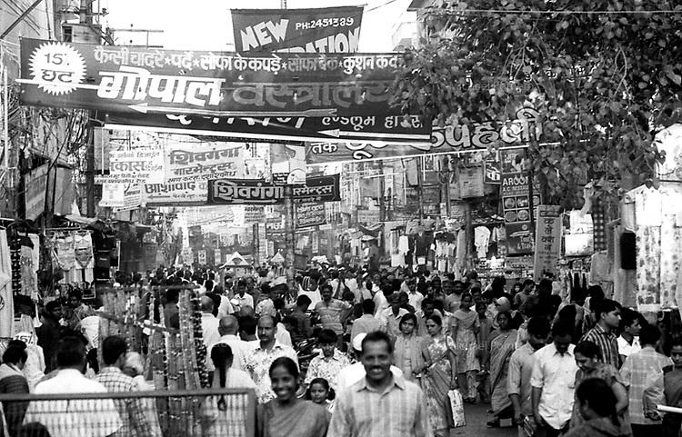 Varanasi (Uttar Pradesh)<br /> <br /> The crowd in the street during Diwali.<br /> <br /> La foule dans la rue pendant Diwali.