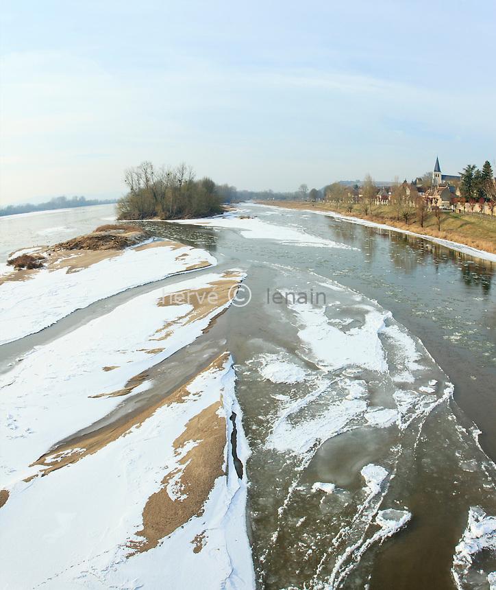 France, Nièvre (58), Pouilly-sur-Loire, gel exceptionnel sur la Loire en février 2012,  le fleuve commence à geler // France, Nievre, Pouilly-sur-Loire, exceptional cold on the Loire in February 2012, the river starts to freeze