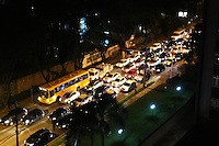 CURITIBA, PR, 02.06.2014 -TRÂNSITO / CURITIBA - Movimento Intenso na rua Padre Agostinho,bairro Bigorrilho em Curitiba, na noite desta segunda-feira (02).(Foto: Paulo Lisboa / Brazil Photo Press)