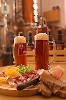 Europe, Autriche, Tyrol (Land), Tyrol du Nord, Absam:  Brasserie artisanale Ebner, Dégustation de la bière  avec du speck et du fromage // Europe, Austria, Tyrol (state), Absam: Craft brewery  Ebner
