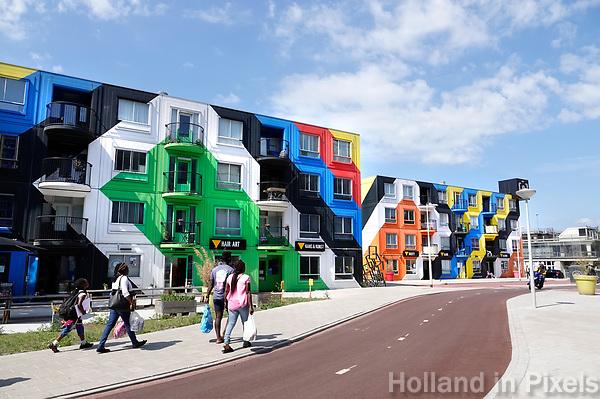 Nederland Amsterdam - juli 2018. Amsterdam Heesterveld. Oude flats zijn kleurig beschilderd door kunstenaars. Foto Berlinda van Dam / Hollandse hoogte