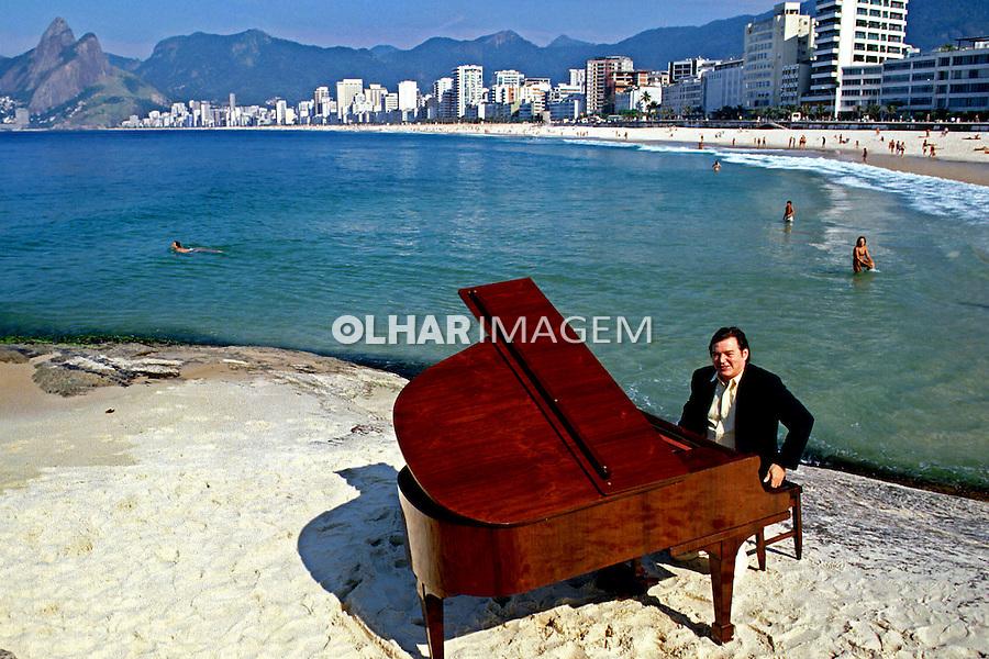 Pessoa. Personalidade. Antonio Carlos (Tom) Jobim, músico e compositor. 1984. Foto de Rogério Reis.