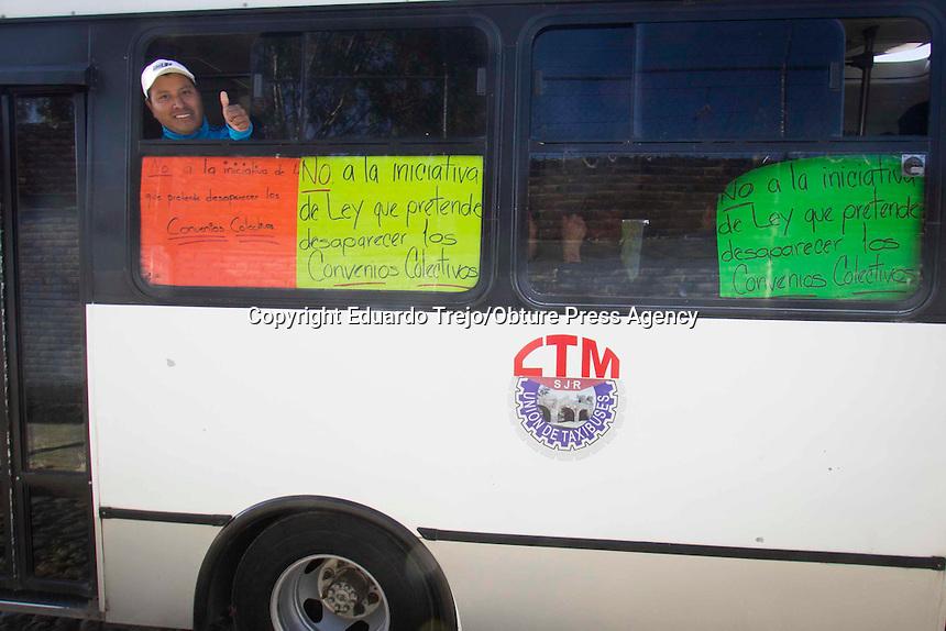 San Juan del Río, Qro., diciembre 08 del 2016.- Personal sindicalizado adscritos al Sindicato Único de Trabajadores al Servicio del Municipio de San Juan del Río, se manifestaron contra las reformas legislativas que van en contra de los organismos sindicales, denunció Gregorio López González.