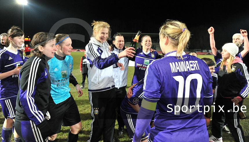 Waasland Beveren Sinaai Girls - RSC Anderlecht : de speelsters van Anderlecht vieren hun overwinning met Justine Vanhaevermaet (midden) en Lynn Senaeve (links).foto DAVID CATRY / Nikonpro.be