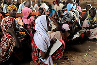 KENIA Fluechtlingslager Kakuma in der Turkana Region , hier werden ca. 80.000 Fluechtlinge aus Somalia Sudan Aethiopien u.a. vom UNHCR versorgt, somalische Kinder in der PALUTAKA PRIMARY SCHOOL  / KENYA Turkana Region, refugee camp Kakuma, where 80.000 refugees from Somali, Ethiopia, South Sudan receive shelter and food from UNHCR, somali children in PALUTAKA PRIMARY SCHOOL