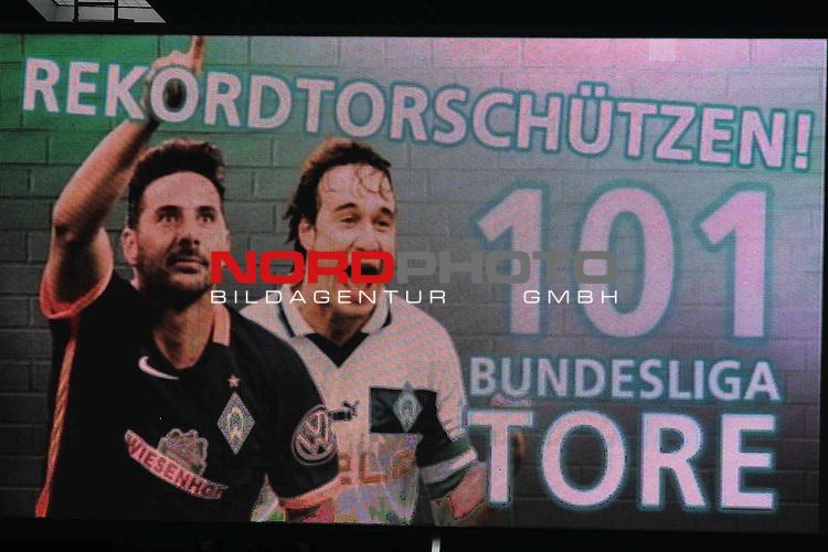 19.03.2016, Weserstadion, Bremen, GER, 1.FBL, Werder Bremen vs FSV Mainz 05, <br /> <br /> im Bild / picture shows<br /> Rekordtorsch&uuml;tzen Anzeigetafel mit Claudio Pizarro (Bremen #14) und Marco Bode (Aufsichtsratsvorsitzender SV Werder Bremen), <br /> <br /> Foto &copy; nordphoto / Ewert