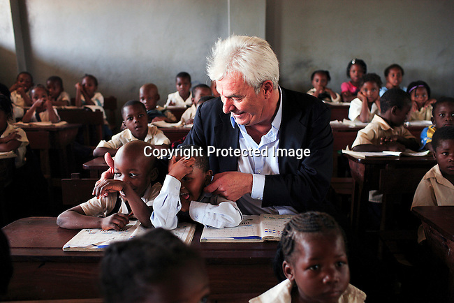 """Peter Kraemer with students in a primary school called """"12 Outubro"""" during a visit on June 15, 2006 in Maputo, Mozambique..Photo: Per-Anders Pettersson For Stern Magazine."""