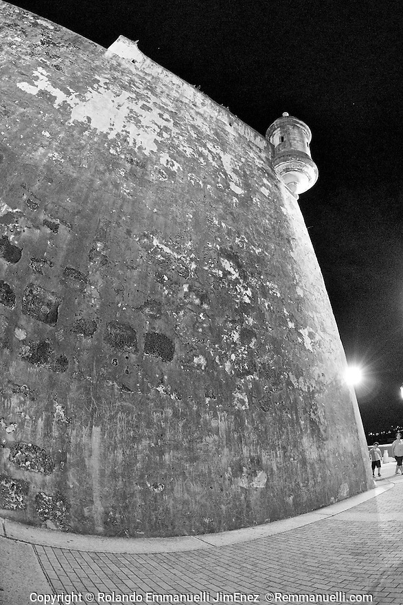 Por las calles del Viejo San Juan… #streetphotography #fotografiacallejera #sanjuan #viejosanjuan #remmanuelli <br />