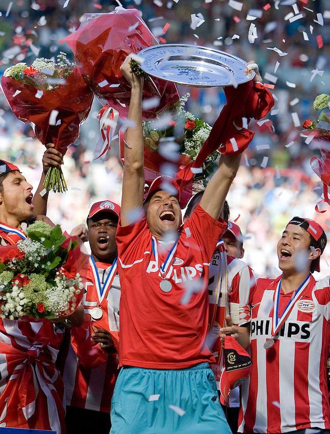 Nederland, Eindhoven, 29-04-2007, PSV -Vitesse 5-1.  PSV Landskampioen 2006-2007. foto: Michael Kooren/ HH.Braziliaaanse doelman Gomes  toont de kampioensschaal...