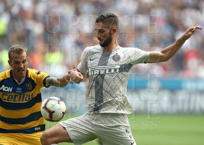 Calcio, Serie A: Inter Milano-Parma, Giuseppe Meazza stadium, September 15, 2018.<br /> Inter's Roberto Gagliardini (r) in action with Parma's Luca Rigoni (l) during the Italian Serie A football match between Inter and Parma at Giuseppe Meazza (San Siro) stadium, September 15, 2018.<br /> UPDATE IMAGES PRESS/Isabella Bonotto