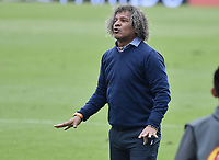 BOGOTÁ - COLOMBIA, 03-11-2018: Alberto Gamero, técnico del Tolima, gesticula durante el encuentro entre Independiente Santa Fe y Deportes Tolima por la fecha 18 de la Liga Águila II 2018 jugado en el estadio Nemesio Camacho El Campin de la ciudad de Bogotá. / Alberto Gamero, coach of Tolima, gestures during match between Independiente Santa Fe and Deportes Tolima for the date 18 of the Aguila League II 2018 played at the Nemesio Camacho El Campin Stadium in Bogota city. Photo: VizzorImage / Gabriel Aponte / Staff