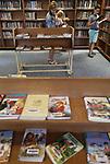 Foto: VidiPhoto<br /> <br /> OPHEUSDEN &ndash; Van de kerkbibliotheek van de Ger. Gem. in Ned. van Opheusden wordt flink gebruik gemaakt. De bibliotheek is geopend op vrijdagavond. Naast theologische werken kunnen ook ontspannende literatuur, kinder- en informatieve boeken geleend worden. De boeken mogen drie weken geleend worden. Daarna moeten we worden teruggebracht of verlengd. Dat kan ook via de website.