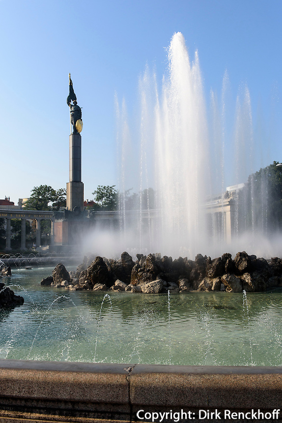 Hochstrahlbrunnen und Helendenkmal der roten Armee am Schwarzenbergplatz, Wien, &Ouml;sterreich, UNESCO-Weltkulturerbe<br /> Fountain and monument of heroes of the Red Army, Vienna, Austria, world heritage