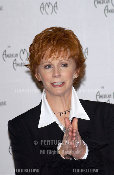 Country singer REBA McENTIRE at the American Music Awards in Los Angeles..09JAN2002.   © Paul Smith/Featureflash