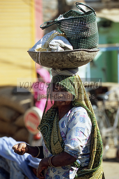 Asie/Inde/Rajasthan/Udaipur : Marché Mandi - Indienne rentrant du marché