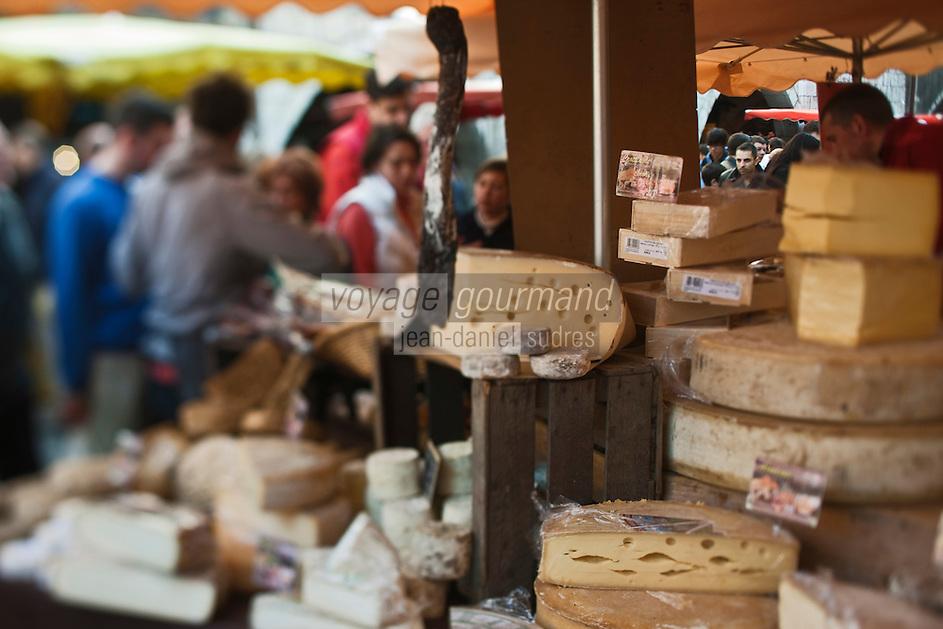 Europe/France/Rhône-Alpes/74/Haute-Savoie/Annecy: Etal d'un marchand de Fromages sur  le marché Rue Sainte-Claire