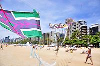 RECIFE, PE, 24 DE FEVEREIRO 2013 -CLIMA TEMPO PRAIA DE BOA VIAGEM - Colorido domingo de sol na Orla da  Praia da Boa Viagem, zona Sul do Recife. FOTO LÍBIA FLORENTINO - BRAZIL PHOTO PRESS.