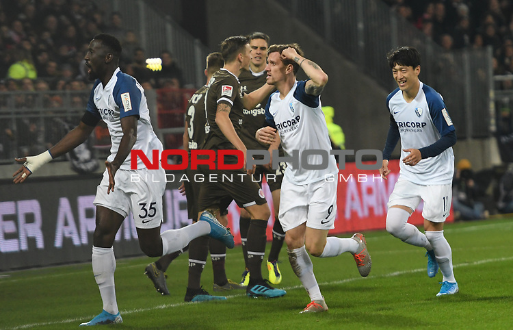 08.11.2019,  GER; 2. FBL, FC St. Pauli vs VfL Bochum ,DFL REGULATIONS PROHIBIT ANY USE OF PHOTOGRAPHS AS IMAGE SEQUENCES AND/OR QUASI-VIDEO, im Bild Simon Zoller (Bochum #09) schiesst das 1-0 fuer Bochum und jubelt mit seiner Mannschaft  Foto © nordphoto / Witke *** Local Caption ***