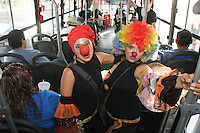 Con una parodia de la cancion la vida es un carnaval y el tema del agua divierten a la gente con buen humor y baile con sus personajes cubanos
