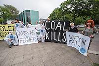 """Einige dutzend Klimaaktivisten aus Deutschland und Schweden versammelten sich am Dienstag den 24. Mai 2016 anlaesslich der Debatte im Schwedischen Parlament zum Verkauf der Vattenfall-Braukohlegebiete und Kraftwerke in der Lausitz an den Tschechischen Konzern EHP vor der Schwedischen Botschaft in Berlin.<br /> Die Klimaaktivisten von """"Ende Gelaende"""", BUND, Naturfreundejugend, Greepeace u.a. forderten von der Schwedischen Regierung, dass der Staatskonzern die Tagebaugebiete und Kohlekraftwerke nicht an den Tschechischen Konzern verkauft, sondern umweltvertraeglich und mit Ruecksicht auf die Arbeitnehmer beendet. Der Staat solle als Vattenfalleigner zu seiner umweltpolitischen und sozialen Verantwortung stehen.<br /> Im Bild: Klimaaktivisten halten ein Transparent """"Ansvar eller Feghet"""" - """"Verantwortung oder Feigheit"""".<br /> 24.5.2016, Berlin<br /> Copyright: Christian-Ditsch.de<br /> [Inhaltsveraendernde Manipulation des Fotos nur nach ausdruecklicher Genehmigung des Fotografen. Vereinbarungen ueber Abtretung von Persoenlichkeitsrechten/Model Release der abgebildeten Person/Personen liegen nicht vor. NO MODEL RELEASE! Nur fuer Redaktionelle Zwecke. Don't publish without copyright Christian-Ditsch.de, Veroeffentlichung nur mit Fotografennennung, sowie gegen Honorar, MwSt. und Beleg. Konto: I N G - D i B a, IBAN DE58500105175400192269, BIC INGDDEFFXXX, Kontakt: post@christian-ditsch.de<br /> Bei der Bearbeitung der Dateiinformationen darf die Urheberkennzeichnung in den EXIF- und  IPTC-Daten nicht entfernt werden, diese sind in digitalen Medien nach §95c UrhG rechtlich geschuetzt. Der Urhebervermerk wird gemaess §13 UrhG verlangt.]"""