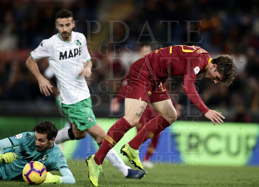 Football, Serie A: AS Roma - US Sassuolo, Olympic stadium, Rome, December 26, 2018. <br /> Roma&rsquo;s Nicol&ograve; Zaniolo (r) in action with Sassuolo's goalkeeper Andrea Consigli (l) during the Italian Serie A football match between Roma and Sassuolo at Rome's Olympic stadium, on December 26, 2018.<br /> UPDATE IMAGES PRESS/Isabella Bonotto