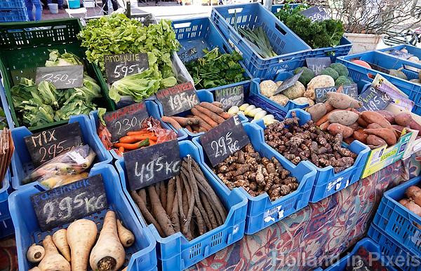 Nederland - Amsterdam - 2019. Groente te koop op de biologische markt op de Nieuwmarkt.   Foto Berlinda van Dam / Hollandse Hoogte.