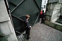 LETTLAND, 21.08.1991.Riga.Waehrend des Anti-Gorbatschow-Putsches versuchen sowjetische Truppen, die Kontrolle über Riga zu erhalten, mit dem Scheitern des Putsches gewinnt Lettland endgueltig seine Unabhaengigkeit. - Lettische Miliz an der Parlamentsbarrikade in der Jekaba iela. | During the anti-Gorbachev-coup Soviet troops try to obtain control of Riga. With the failure of the coup Latvia finally regains its independence. - Latvian militia at the parliamental barricade in Jekaba street..© Martin Fejer/EST&OST