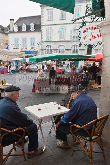 Europe/France/Aquitaine/64/Pyrénées-Atlantiques/Pays-Basque/Tardets-Sorholus: Lors de la traditionnelle foire au fromage _  Agriculteurs à la terrasse du café du village [Non destiné à un usage publicitaire - Not intended for an advertising use]