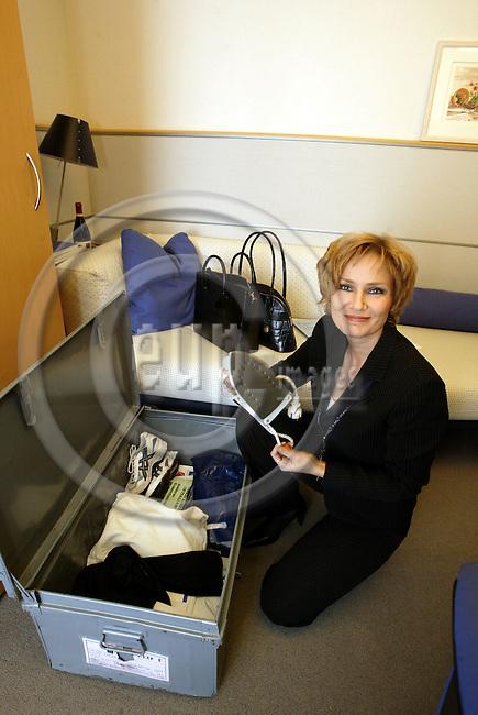 BRUSSELS - BELGIUM - 16 OCTOBBER 2003 --MEP Eija-Riitta KORHOLA (PPE) packing inher office to go to Strasbourg. -- PHOTO: JUHA ROININEN / EUP-IMAGES