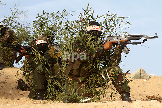 Palestinian fighters from Popular Resistance Brigades and other militants based in the Gaza Strip, show their skills during a training session in Khan Yunis in southern Gaza on December 20, 2010, the same day militant group fired nine mortar shells into southern Israel that fell on open ground and caused no casualties, according to the Israeli army. Photo by Ashraf Amra