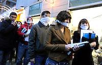 Roma 21 Dicembre 2010.Via Tuscolana.Flash mob studenti e studentesse municipio x.Libri listati a lutto e bavagli sulla bocca contro la riforma Gelmini.