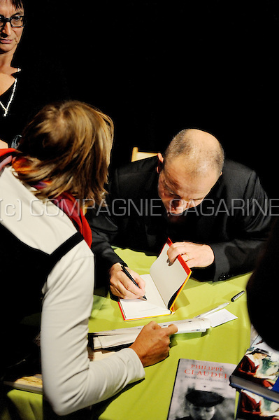 Philippe Claudel's signing session at the Zuiderzinnen festival in Antwerp (Belgium, 21/09/2008)