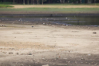 SAO PAULO, sp - 07-10-2014 - VOLUME BAIXO GUARAPIRANGA - A Compania de Saneamento Basico do Estado de São Paulo (SABESP) atualiza as medições do nível dos sistemas de abastecimento de água no estado. Nesta terça-feira (07) o sistema da Cantareira opera com 5,8% e a represa do Guarapiranga atinge record, com 49,9%, o sistema teve mais de 25,5 % de queda em um ano.<br /> <br /> (Foto: Fabricio Bomjardim / Brazil Photo Press)