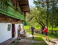 Deutschland, Bayern, Chiemgau, bei Schleching: die im Sommer bewirtschaftete Petereralm - hier gibt es leckeren Kaffee und Kuchen   Germany, Bavaria, Chiemgau, near Schleching: Peterer Alpine Pasture Hut - in summer serving coffee and cakes