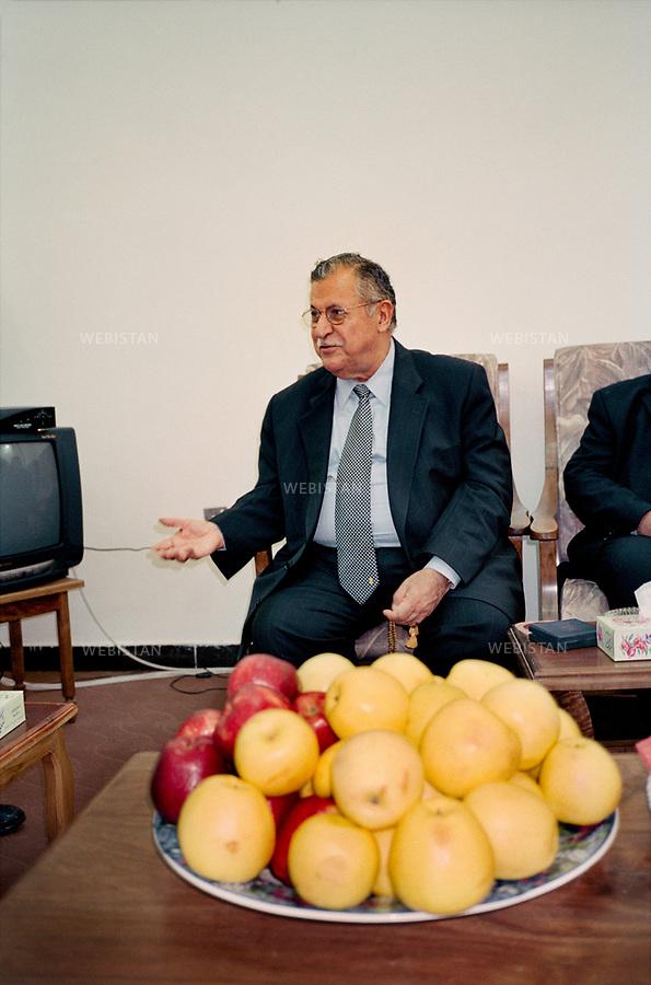 Irak, Souleymanye, Octobre 2002<br />R&eacute;union dans le bureau de Jalal Talabani, fondateur de l&rsquo;Union Patriotique du Kurdistan (UPK).<br />Pr&eacute;sident de la R&eacute;publique d&rsquo;Irak de 2005 &agrave; 2014, Jalal Talabani est mort &agrave; l'&acirc;ge de 83 ans mardi 3 octobre 2017. Victime d'une attaque cardiaque en 2012, son &eacute;tat s'&eacute;tait consid&eacute;rablement aggrav&eacute;, n&eacute;cessitant qu'il soit transport&eacute; en Allemagne peu avant le r&eacute;f&eacute;rendum pour l'autonomie du Kurdistan irakien du 25 septembre 2017.<br />N&eacute; en 1933, il &eacute;tait per&ccedil;u comme le v&eacute;ritable rival de l'actuel pr&eacute;sident du Kurdistan irakien, Massoud Barzani. Il avait combattu en personne durant la grande r&eacute;volte kurde de 1961, et s'&eacute;tait dress&eacute; contre Saddam Hussein et l'oppression de ses troupes &agrave; l'encontre du peule kurde. <br /><br />Iraq, Sulaymaniyah, October 2002<br />Meeting in the office of Jalal Talabani, founder of the Patriotic Union of Kurdistan (PUK).<br />President of the Republic of Iraq from 2005 to 2014, Jalal Talabani died at the age of 83 on Tuesday, October 3rd, 2017. He suffered a heart attack in 2012. As his condition had worsened considerably, he was transported to Germany shortly before the referendum in the autonomy of Iraqi Kurdistan on September 25th, 2017.<br />Bornin 1933, he was perceived as the real rival of the current president of Iraqi Kurdistan, Massoud Barzani. He had fought in person during the great Kurdish revolt of 1961, and had stood up against Saddam Hussein and the oppression of his troops against the Kurdish people.